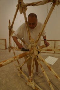 Günther Uecker beim Aufbau