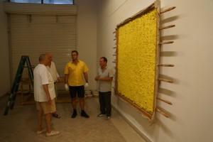 Günther Uecker, Assistent Arkadij Bronstein, DHL ART Direktor Marcus Ashworth, Aufbauleiter des IFA Edwin Bader