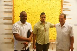 Aufbauleiter des Ifa Edwin Bader mit Aufbauhelfern des Museums