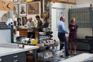 Mel Ramos, Wolfram Kons und Prof. Dr. Beate Reifenscheid in der Druckerei