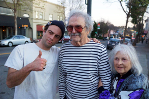 Mel Ramos mit seiner Frau Leta und Fan auf der Straße
