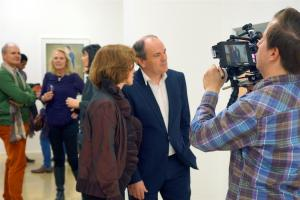 Prof. Dr. Beate Reifenscheid und Wolfram Kons in der Ausstellung