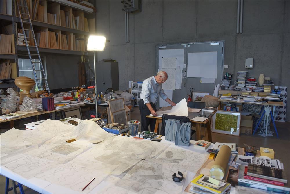 Tony Cragg bei der Arbeit