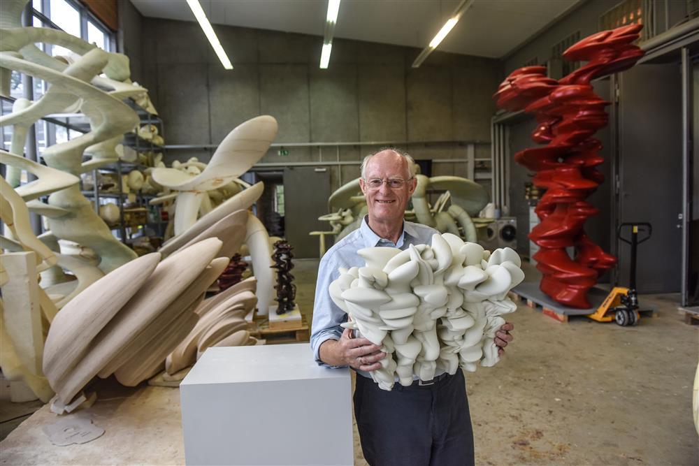 Tony Cragg mit Entwurfsmodell zur Skulptur Grenze weg