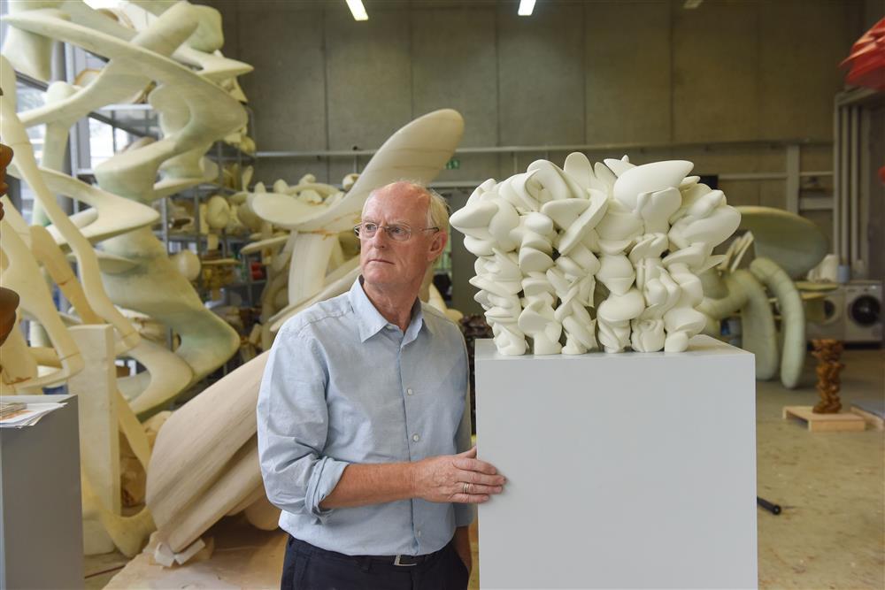Tony Cragg mit Modell zur Skulptur Grenze weg