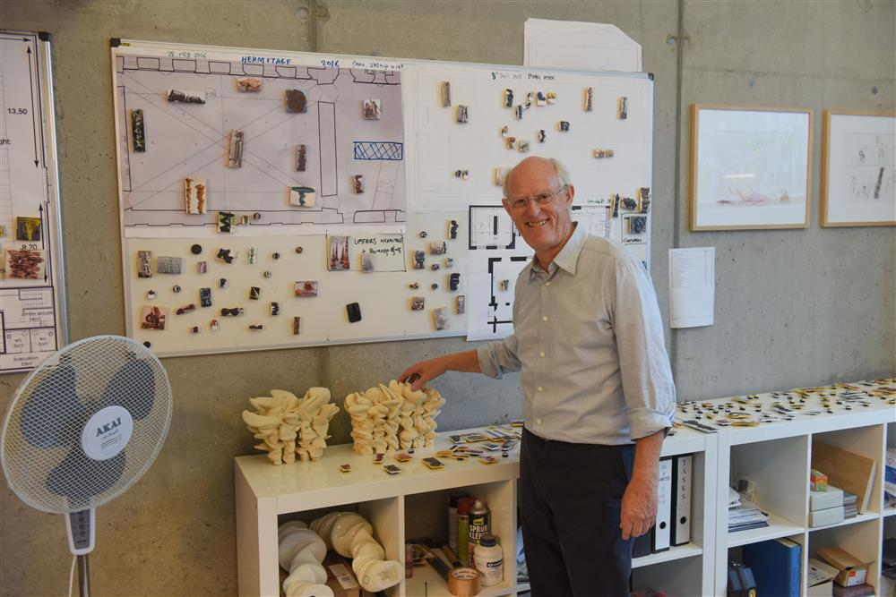 Tony Cragg mit den Miniaturmodellen zur Skulptur Grenze weg