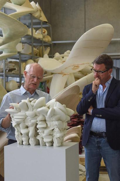 Tony Cragg und Kai Diekmann mit Entwurfsmodell zur Skulptur Grenze weg