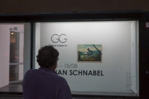 Vor der Galerie