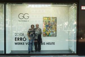 Erró mit Galerist Dirk Geuer im Schaufenster der Geuer & Geuer Art Düsseldorf - Copyright Geuer & Geuer Art