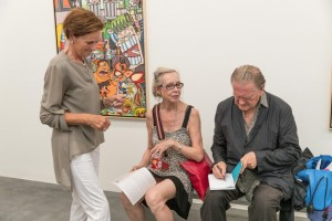 Erró Ausstellungseröffnung in der Galerie Geuer & Geuer Art - Erró bei der Signierung von Katalogen - Copyright Uli Engers