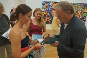 Erró mit Besucher der Ausstellung - Signierung
