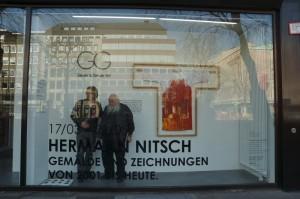 Hermann Nitsch mit Dirk Geuer zusammen im Schaufenster der Geuer & Geuer Art