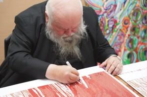 Hermann Nitsch bei der Signierung der neuen Grafik Schüttbild II