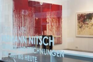 Blick durchs Schaufenster in die Galerie Geuer & Geuer Art